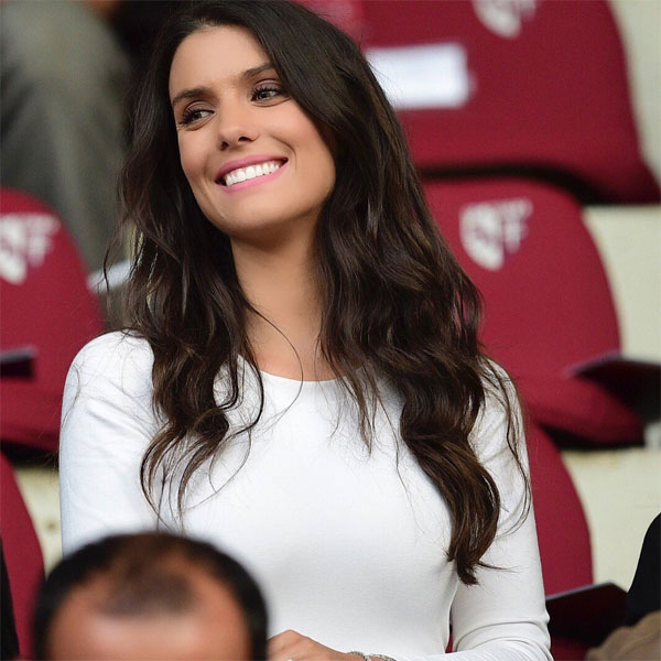 Vợ cầu thủ Pháp Sagna giản dị vẫn tỏa sáng trên khán đài - 4