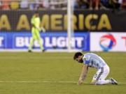Bóng đá - Dân Argentina đội mưa kêu gọi Messi quay lại tuyển