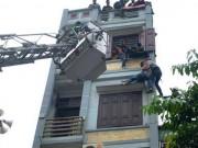 Tin tức trong ngày - Cảnh sát đu dây giải cứu người đàn ông đòi nhảy lầu