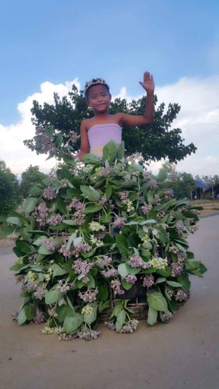 Cậu bé Thái Lan nổi tiếng vì tài tự chế thời trang độc - 11