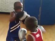 Thể thao - Kinh ngạc: Song sinh 7 tuổi bịt mắt đấm đâu trúng đó