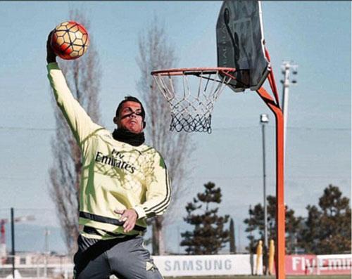 Bật cao là một lợi thế khi Ronaldo chơi bóng rổ