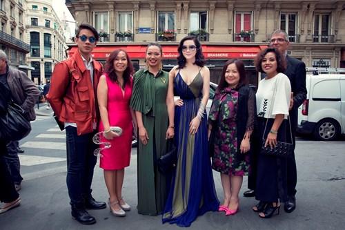 Giáng My mặc xẻ táo bạo đi xem thời trang ở Pháp - 9