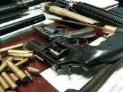 """An ninh Xã hội - Bắt """"nóng"""" ông trùm ma túy, thu 6 khẩu súng, dao kiếm"""