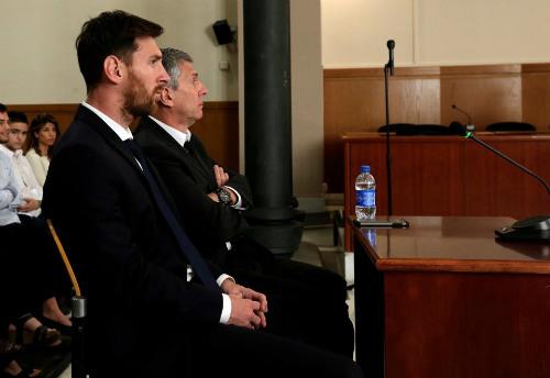 """Sau án tù, chủ tịch Barca ra sức """"lấy lòng"""" Messi"""