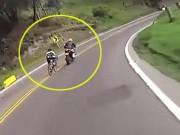 Thể thao - Phẫn nộ: Moto dẫn đoàn cản trở cua-rơ xuống dốc