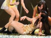 Ca nhạc - MTV - Đông Nhi bất ngờ ngã sõng soài trên sân khấu