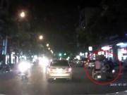 Tin tức trong ngày - Clip: 2 cô gái bị cướp giật túi xách táo tợn giữa Hà Nội