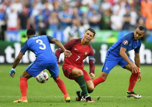 """Bị """"chém"""" & rời sân: Ronaldo bật khóc vì đau đớn"""