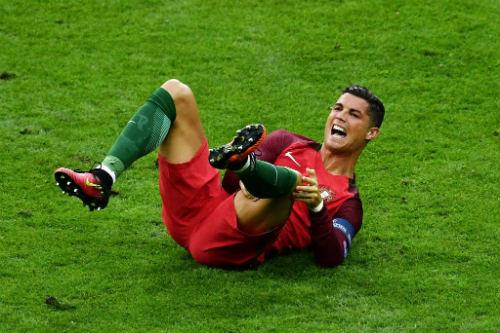 """Bị """"triệt hạ"""" & rời sân: Ronaldo có thể nghỉ 5 tháng - 2"""