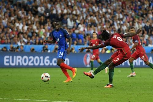 """Ronaldo vào sân """"chỉ đạo"""", Bồ Đào Nha vỡ òa hạnh phúc - 1"""