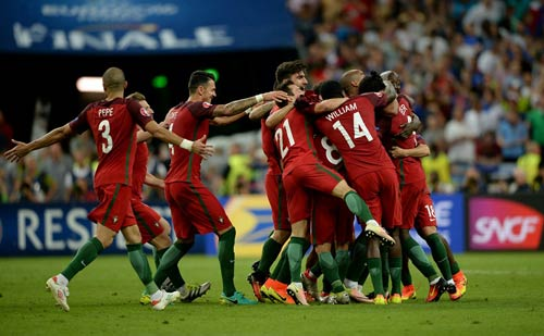 """Ronaldo vào sân """"chỉ đạo"""", Bồ Đào Nha vỡ òa hạnh phúc - 5"""