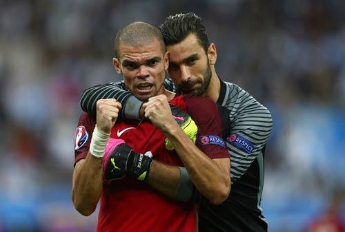 """Ronaldo vào sân """"chỉ đạo"""", Bồ Đào Nha vỡ òa hạnh phúc - 6"""