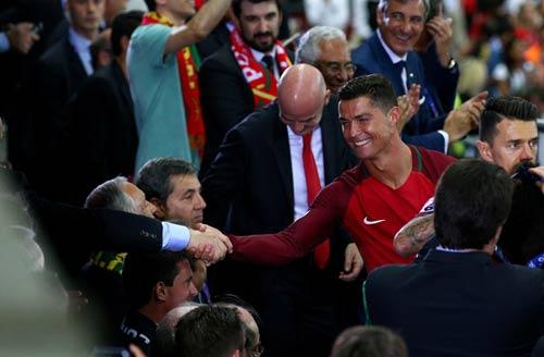 """Ronaldo vào sân """"chỉ đạo"""", Bồ Đào Nha vỡ òa hạnh phúc - 7"""