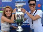 Ca nhạc - MTV - DJ đội Sơn Tùng sung sướng chạm tay vào cúp Euro 2016