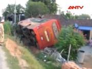 Video An ninh - Thót tim, đang ngủ xe khách chở 44 người đâm sập nhà