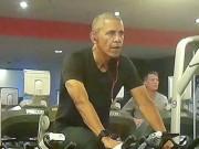 """Thế giới - Ảnh """"chộp"""" Obama đeo tai nghe hồng tập gym ở Ba Lan"""
