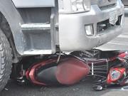 Xe máy - Xe đạp - Điều khiển xe máy gần xe tải thế nào mới an toàn?