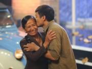 Ca nhạc - MTV - Quý Bình ôm hôn mẹ ruột trên sân khấu Bolero