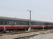 Tin tức trong ngày - Đầu tàu bốc khói, đường sắt tê liệt gần 2 giờ