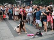 Bạn trẻ - Cuộc sống - Xôn xao màn nhảy sexy nơi công cộng của cô gái TQ