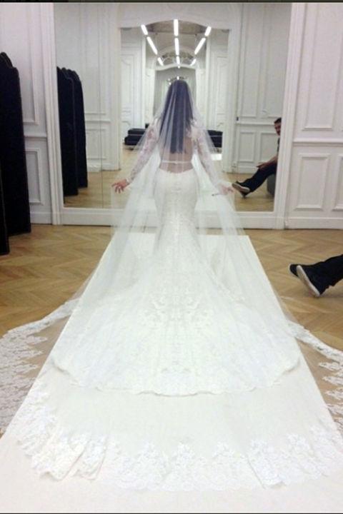 Lý giải giá tiền siêu tưởng của các váy cưới đắt giật mình - 2