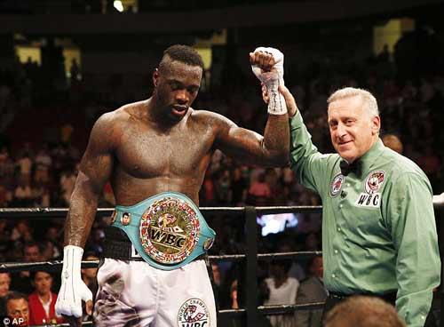 Boxing: Gãy tay vỡ bắp vẫn đánh đối thủ xin hàng