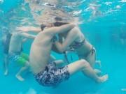 Bạn trẻ - Cuộc sống - 15 cặp đôi TQ nhịn thở, thi hôn nhau dưới nước