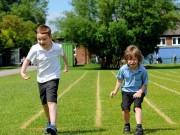 Bạn trẻ - Cuộc sống - Bé trai chịu về bét để chạy cùng bạn bị liệt não
