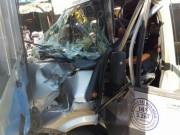 Tin tức trong ngày - Hàng chục người giải cứu tài xế trong cabin bẹp dúm