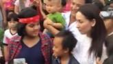 """Vừa về quê, Hồ Văn Cường đã bị người dân """"bao vây"""""""