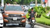 """Giật mình: Xe máy chạy ngược chiều trên phố với """"tốc độ bàn thờ"""""""