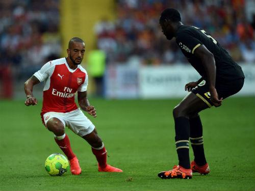Ox-Chamberlain tỏa sáng giúp Arsenal thoát thua