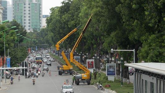 """Xem """"hươu cao cổ"""" 32m cắt tỉa cây xanh tại Hà Nội"""