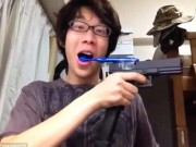 Phi thường - kỳ quặc - Video: Chàng trai dùng súng tự động để đánh răng