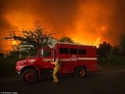 Thế giới - Cháy 80 km2, bầu trời đỏ rực như tận thế ở Mỹ