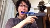 Video: Chàng trai dùng súng tự động để đánh răng