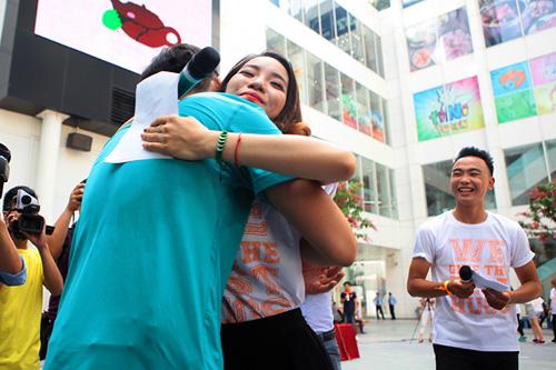 Giới trẻ HN ôm người lạ trên phố dưới tiết trời 38 độ - 5