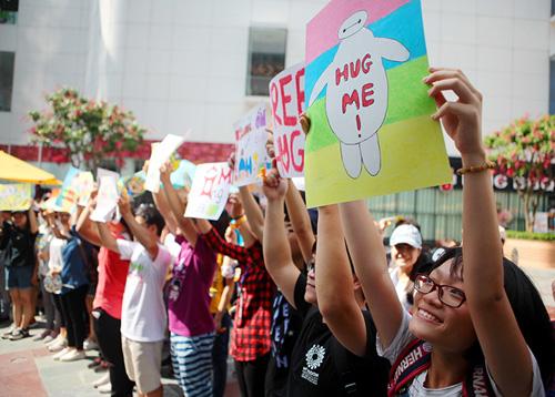 Giới trẻ HN ôm người lạ trên phố dưới tiết trời 38 độ - 9