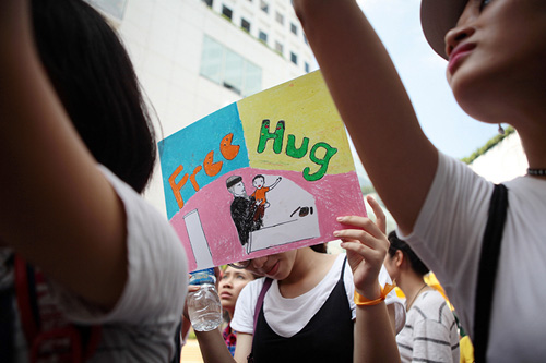 Giới trẻ HN ôm người lạ trên phố dưới tiết trời 38 độ - 10