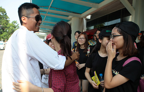Giới trẻ HN ôm người lạ trên phố dưới tiết trời 38 độ - 8