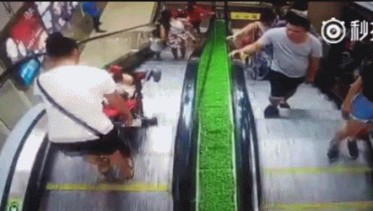 Clip: Mẹ bất cẩn khiến con rơi xuống chân thang cuốn