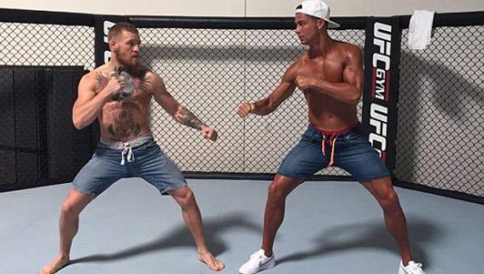 """Ronaldo đọ 6 múi, quyết đấu """"Gã điên UFC"""""""