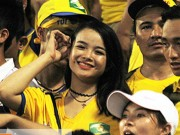 """Bóng đá - Fan nữ xứ Nghệ lại """"tỏa sáng"""" trên sân Hàng Đẫy"""