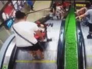 Bạn trẻ - Cuộc sống - Clip: Mẹ bất cẩn khiến con rơi xuống chân thang cuốn