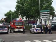 Thế giới - Pháp: Hai kẻ cầm dao bắt cóc linh mục và cắt cổ