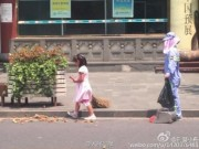 Bạn trẻ - Cuộc sống - Cảm động bé gái giúp mẹ lao công quét rác trên phố