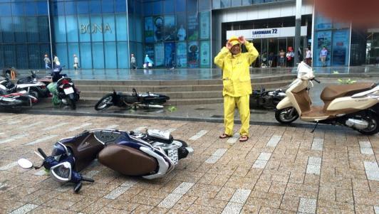 Gió mạnh, mưa lớn, người dân Hà Nội vứt xe tìm chỗ trú