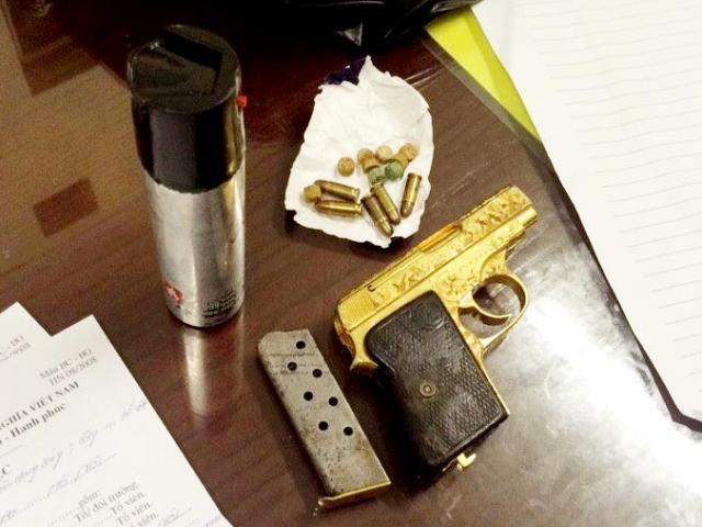 Mang súng mạ vàng dạo phố, không cho CSCĐ kiểm tra