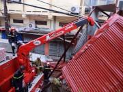 Tin tức trong ngày - Những người căng mình làm việc trong mưa bão số 1